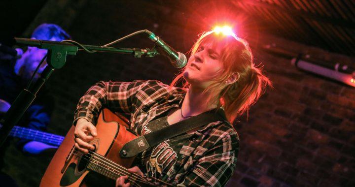 Guitarrista chilena Cler Canifrú libera doble sencillo unplugged