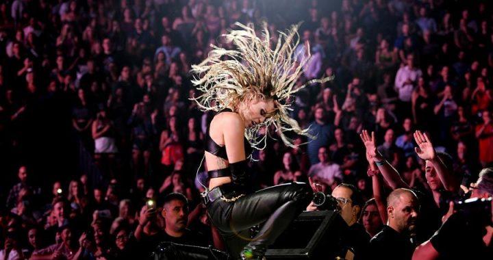 Álbum tributo a Metallica de Miley Cyrus tendrá la colaboración de Elton John, Red Hot Chili Peppers, entre otros